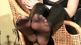 Fly euro playgirl Eva touches her feet..